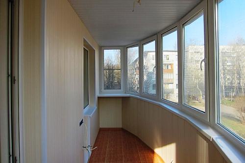 Вариант отделки балкона: применяем вагонку и пластиковые панели